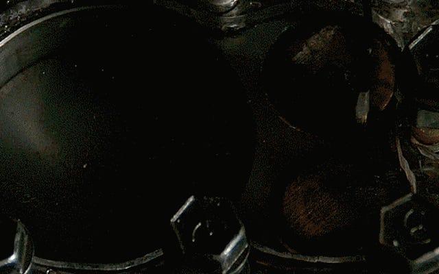 透明なシリンダーヘッドを通してエンジンの美しい爆発を見る
