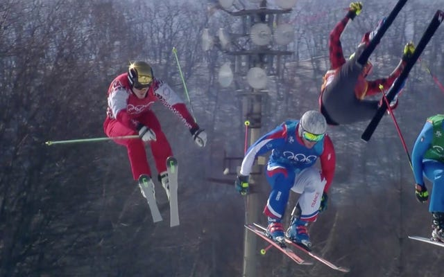 Un coureur de ski olympique enlevé sur une civière après un accident méchant