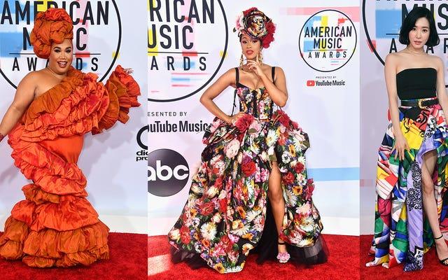 Costumes tendance, roses en peluche et robes Lotta sur le tapis rouge des American Music Awards
