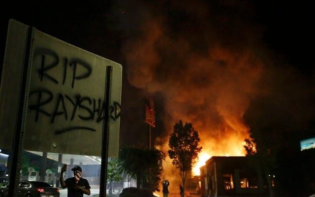 アトランタの抗議者たちは、レイシャードブルックスが警察に殺害されたウェンディーズに火を放った