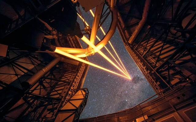 4つのレーザービームが世界で最も強力な偽の星を作成します