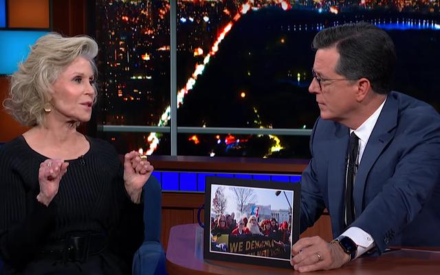Jane Fonda memberi nasihat kepada Stephen Colbert agar ditangkap untuk menyelamatkan planet ini