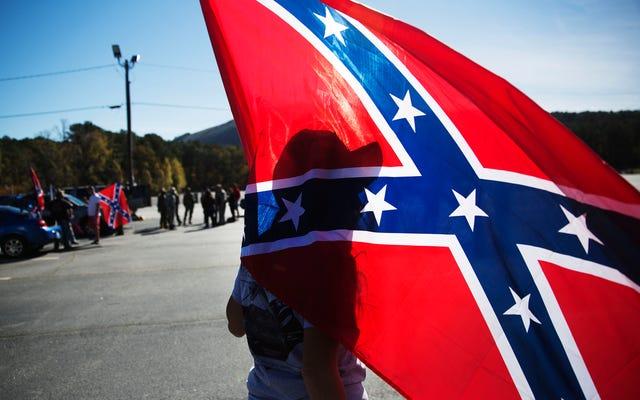 南軍の旗が「白いゴミのように日付カードを保存する」ことをクラスに伝えるために調査されたジョージア高校の教師