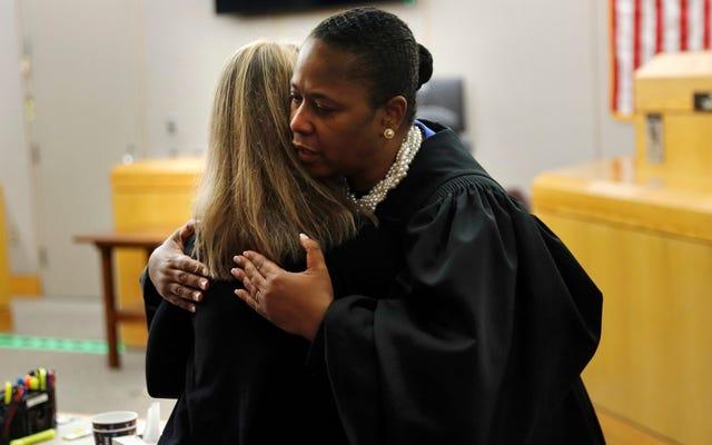 Abrazando al juez en el juicio por asesinato de Amber Guyger: ¿Por qué están todos enojados?