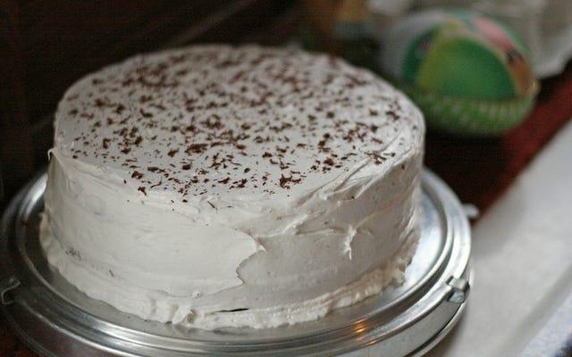 केक को पहले से फ्रिज में ठंडा करके फ्रॉस्टिंग करना आसान बनाएं