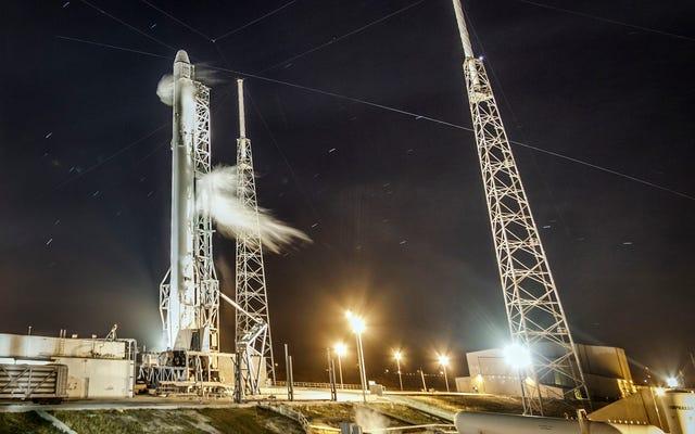 SpaceXがISSに拡張可能なスペースハウスを打ち上げるのを見てから、ロケットをドローンバージに着陸させます