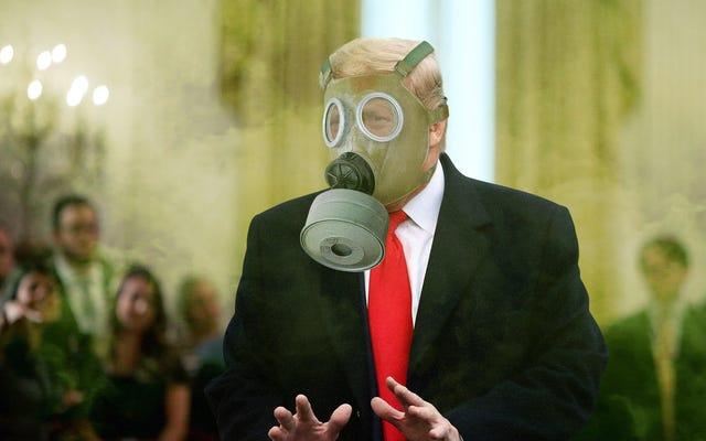 'Me has decepcionado', le dice Trump a la sala llena de seguidores mientras se coloca la máscara de gas