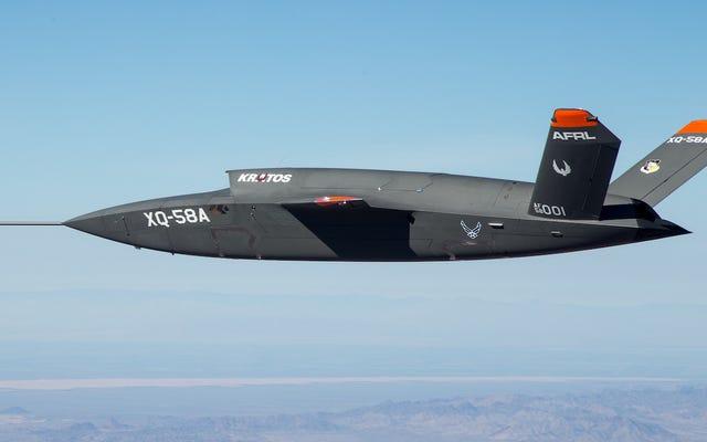 これは、飛行中のXQ-58A Valkyrie、米国陸軍の新しい戦闘ドローンです。