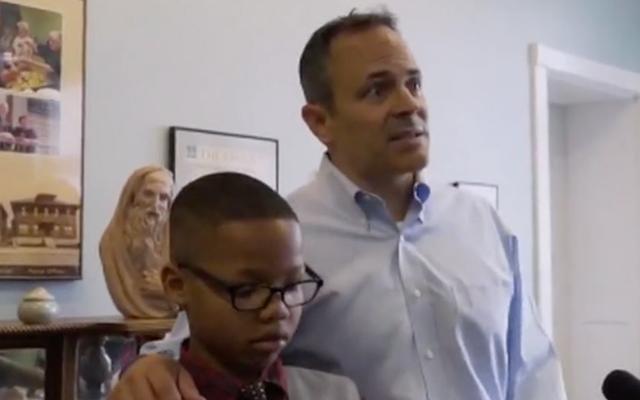 Gobernador de Kentucky: Niños negros jugando al ajedrez 'no es algo en lo que hubieras pensado' en la parte negra de la ciudad