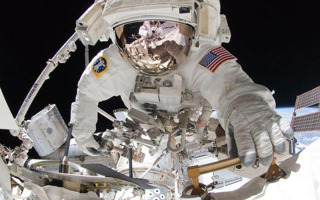 2人のISS宇宙飛行士が船外活動に参加する様子をご覧ください