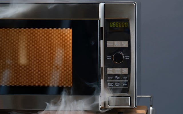 Oltre alla pellicola, cos'altro dovresti tenere fuori dal microonde?