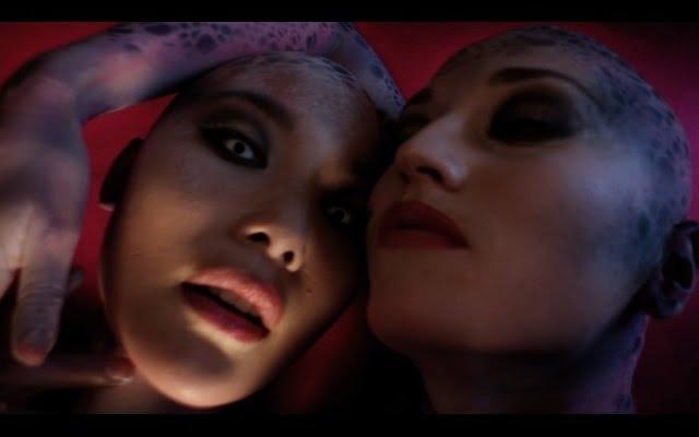 トップレスエイリアンがパンダベアのニューアルバムを紹介します。なぜなら、セックス。