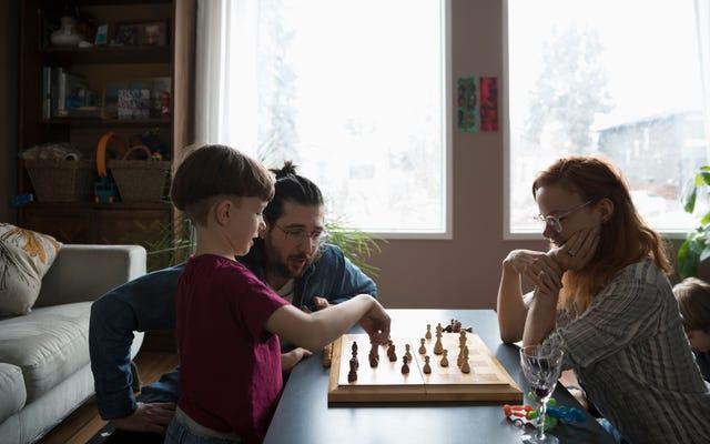 अपने बच्चों को सिखाओ कि कैसे उन्हें तुम्हारे साथ स्विच करने के द्वारा शतरंज खेलने के लिए