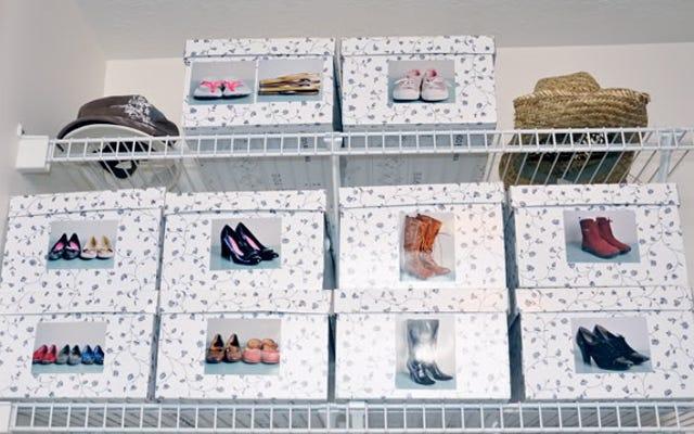 収納ボックスに写真を入れて靴を探す