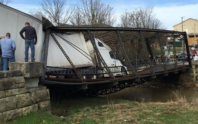トラック運転手は、6トンが何ポンドかわからなかったため、歴史的な橋を破壊しました