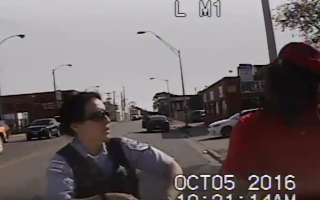 レポート:精査を避けるために、シカゴの警察官は彼女を殴打した容疑者を撃ちませんでした