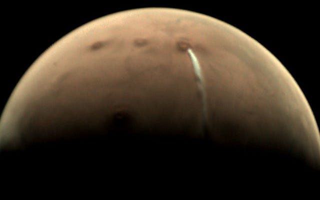 Ada awan raksasa di atas salah satu gunung berapi terbesar di Mars, tapi itu bukan letusan