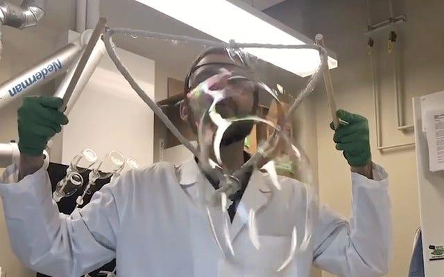 科学者たちは巨大なシャボン玉を作るための完璧なレシピを考え出しました