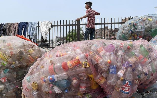 Gli scienziati hanno scoperto un nuovo modo per abbattere la plastica più comune