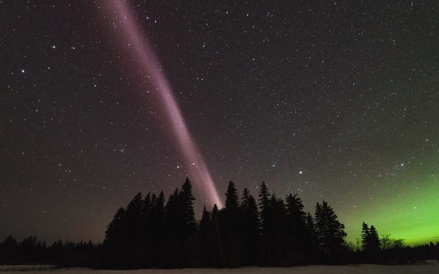 カナダの上の神秘的なオーロラのような光は科学者を混乱させ続けています