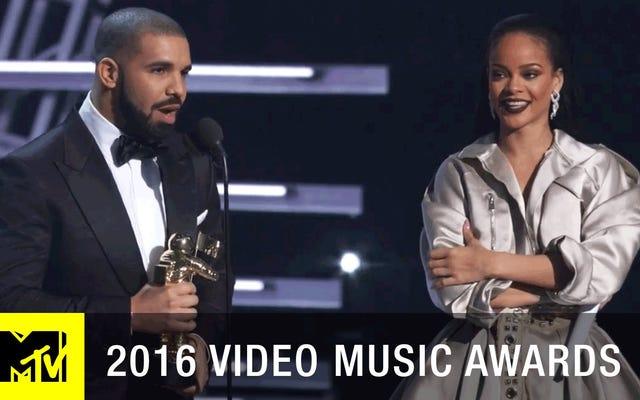 Tonton Drake Awkwardly Stan untuk Rihanna di MTV VMA