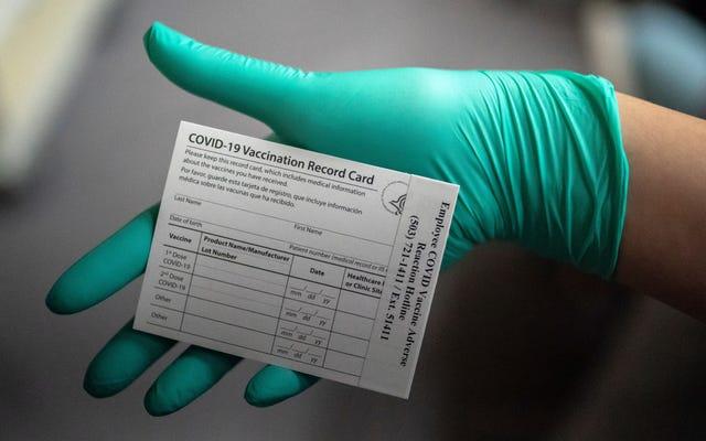 FTC:あなたが興奮していることはわかっていますが、Covid-19ワクチン接種カードの写真を投稿しないでください