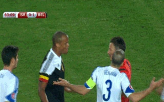 サッカーの試合で赤と黄色のカードを生み出した誤解