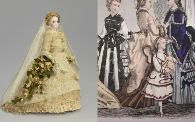 Cuscinetti per ascelle, sottogonne e porcellana: come le bambole alla moda hanno insegnato alle ragazze ad essere donne vittoriane