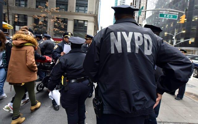 Полиция Нью-Йорка не наказывает людей за переходы улицы - если вы не живете в самом темном районе Нью-Йорка