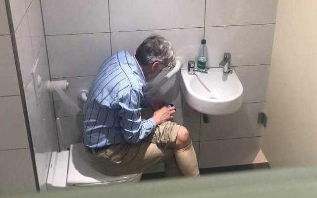 शतरंज ग्रैंडमास्टर ने टूर्नामेंट के दौरान अपने फोन का उपयोग करते हुए टॉयलेट पर पकड़ लिया