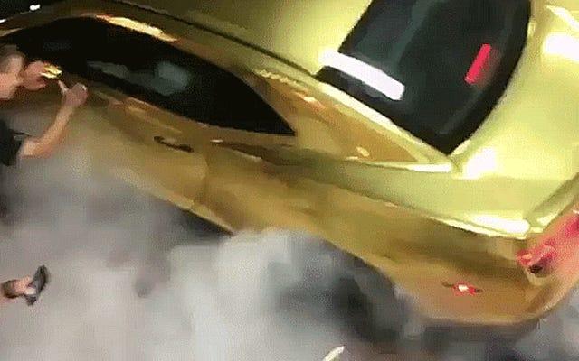 NASCAR ड्राइवर ने एक बिचिन केमेरो के साथ अपने सबसे दुखद बर्नआउट को भुनाया