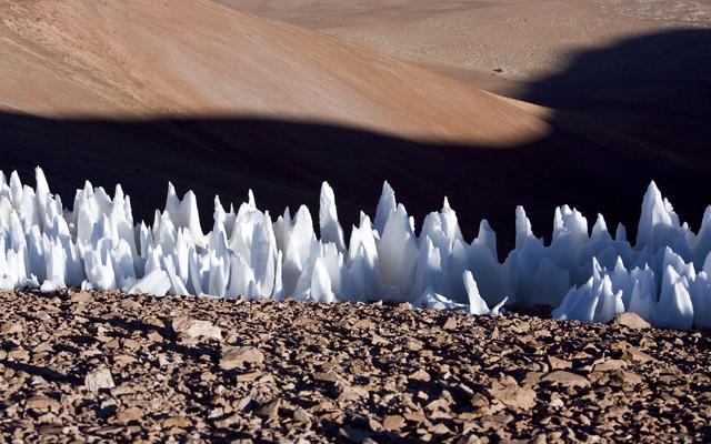 У Плутона есть такие впечатляющие снежные иглы, как эти, но высотой в сотни метров.