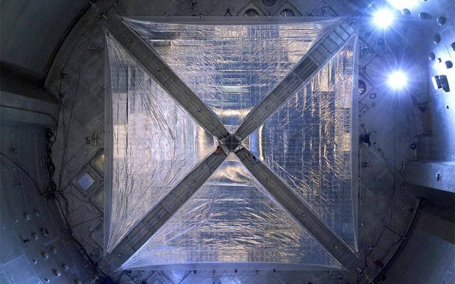 科学者は、光が物質に及ぼす力を測定するために初めて管理します
