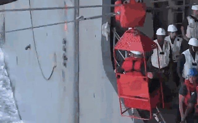 あなたはあなたの通勤が吸うと思いますか?2隻の船の間でハイライン転送を試してみてください!
