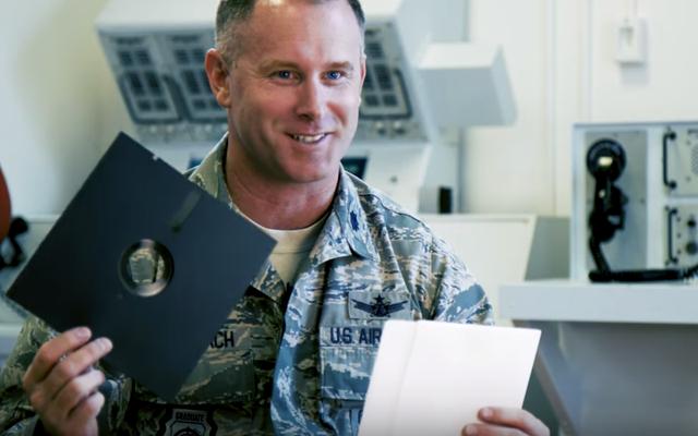 米軍は、核兵器システムを運用するためのフロッピーディスクの使用を停止します