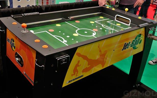 इस Foosball टेबल पर छोटे खिलाड़ी एयर जेट के साथ बदल दिए गए हैं