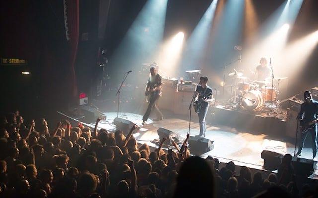 イーグルスオブデスメタルがパリに戻って演奏し、ステージでU2に参加