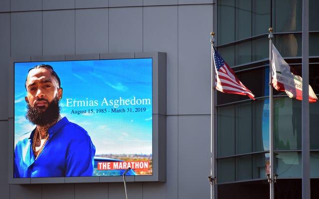 ロサンゼルスのパブリックメモリアルでビジョナリー活動家として祝われるニプシーハッスル