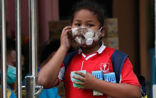 バンコクではスモッグがひどいので、その週は何百もの学校が休校になります