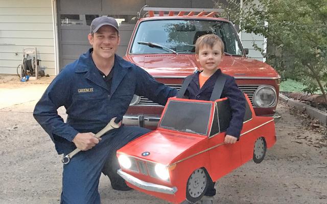 Papa remporte une voiture-Halloween avec ce fantastique costume BMW pour son enfant