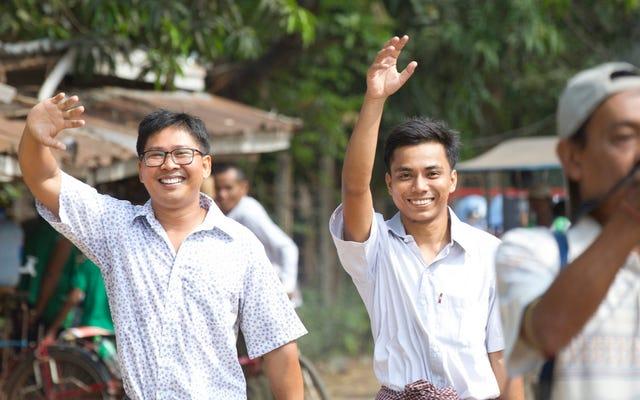म्यांमार ने जेल में बंद पत्रकारों को रिहा किया
