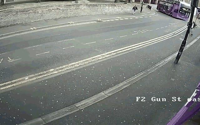 英国のバダスは暴走したバスに20フィート投げられ、身をかがめて立ち去る