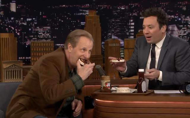ジェフ・ダニエルズは、ジミー・ファロンにグロススナックを食べさせながら、どの映画が彼をやめさせようとしていたかを明らかにします