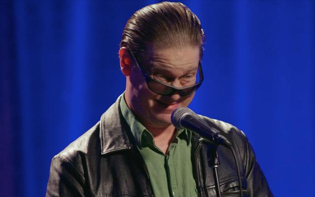 टिम हेइडेकर ने अपने पहले स्टैंड-अप विशेष में देखे गए सबसे खराब कॉमेडी सेटों को डिकंस्ट्रक्ट किया