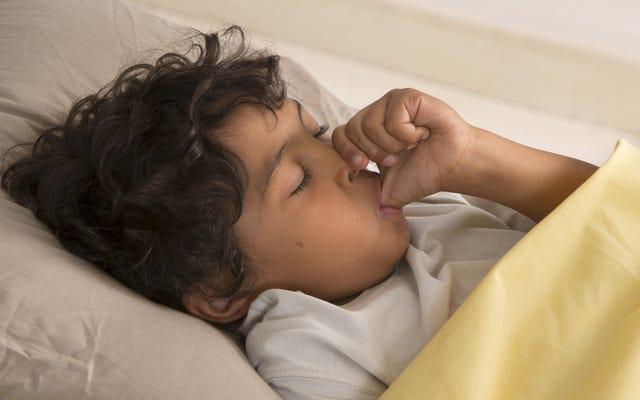 爪を噛んで親指を吸う子供はアレルギーが少なくなります