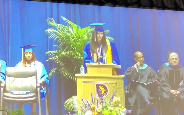 ダラス高校は、卒業式のスピーチでトレイボン・マーティンとタミール・ライスに言及した後、バレディクトリアンのマイクを切断しました