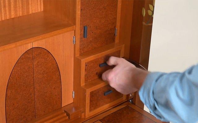 Questo bellissimo mobiletto in legno nasconde il puzzle più diabolicamente complicato che abbia mai visto
