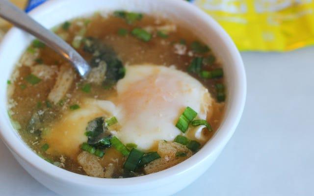 インスタント味噌で卵をポーチして、素早くおいしい朝食を