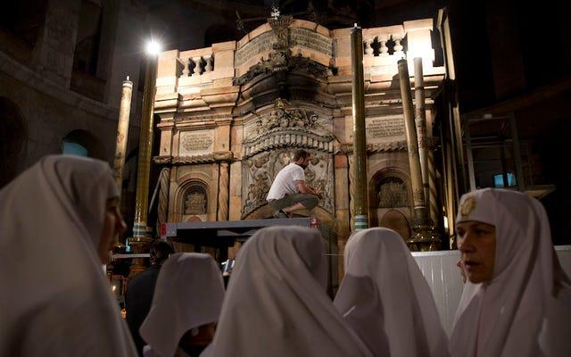 Lăng mộ của Chúa Giê-su cuối cùng cũng được trùng tu khiến các nhà sư cãi vã bị trì hoãn trong 200 năm