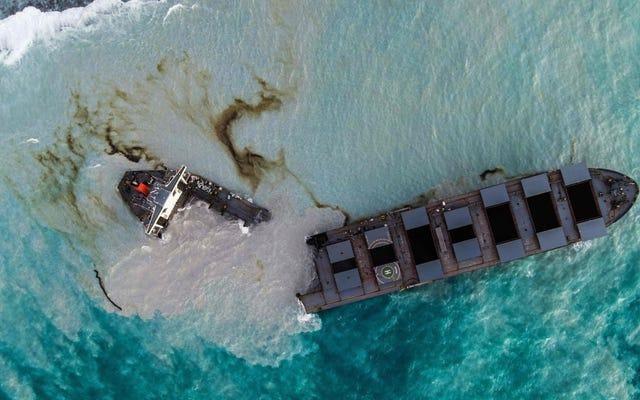 モーリシャスの近くで大量の油を漏らしているその座礁した船はちょうど2つに分かれました